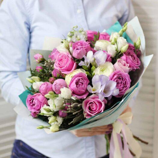 Fajl 29.04.17 14 33 17 e1493660192593 526x526 - Букет с пионовидными розами и фрезией №3-018