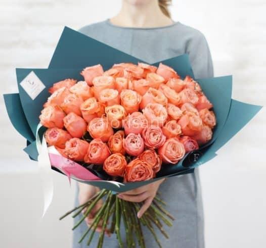 E8731D92 58EC 4C54 8CE6 0FB04E9D8D39 526x491 - Монобукет из персиковых пионовидных роз