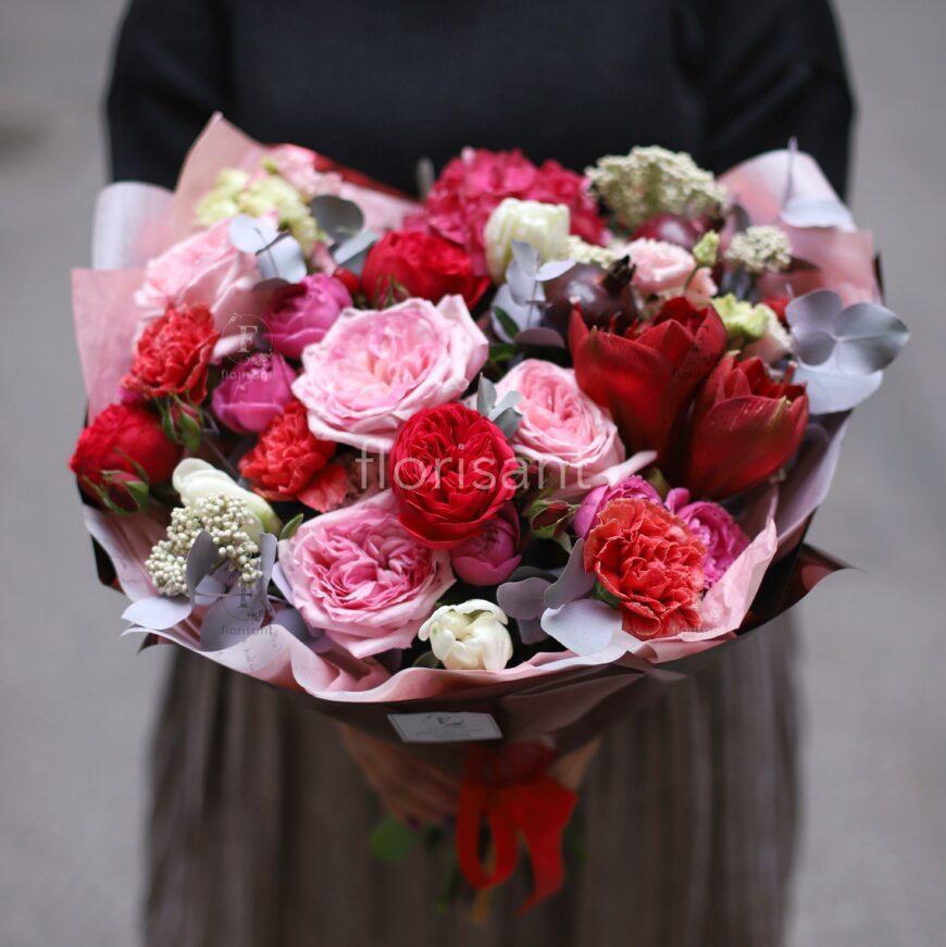 3A1A15BD E66A 4909 9EBD 9598232E1461 870x871 - Букет с пионовидными розами и амариллисом N21-020