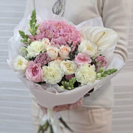 C7AB9FDA 9246 4300 A832 A78F536C6D8E 526x526 - Букет с гортензией и розами N22-009